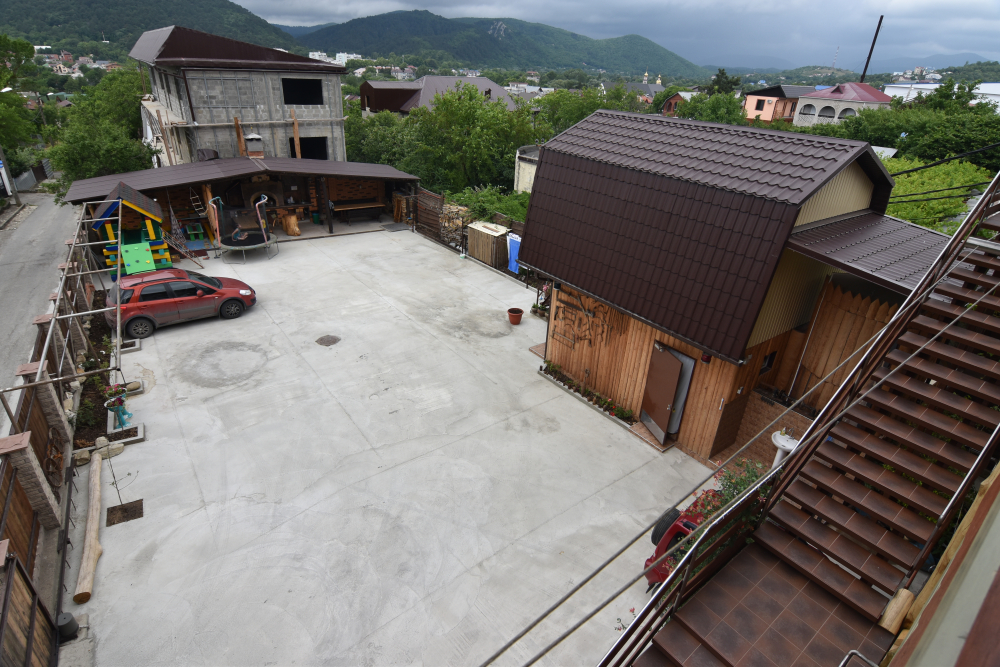 Парковка во дворе, помещается больше 10 машин